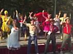 Tanzende Clowns beim 8. Rote Nasen Lauf im Wiener Prater
