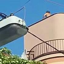 Mann schmeißt Dachziegel von Wohnhaus: Festnahme in Wien-Hernals