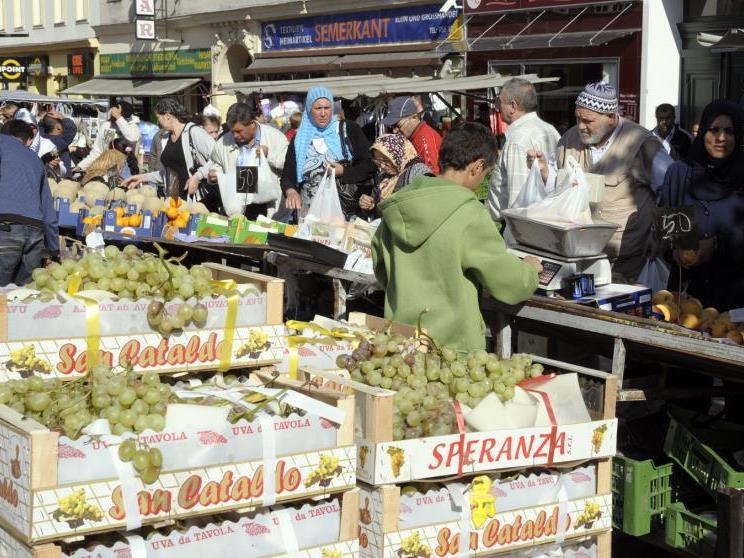 Reges Treiben auf dem Brunnenmarkt in Wien.