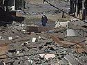 Ein Mann läuft durch zerstörte Häuser