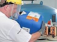 Ein Mitarbeiter des Wiener Laaerbergbad hantiert an der Filteranlage