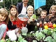 Stadtrat Oxonitsch und Kinder ernten selbstgepflanztes Gemüse