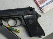 Die Tatwaffe - eine Gaspistole und ein Teil der Beute