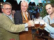 Prost! Promis verkosten das erste Bier beim Wiener Oktoberfest