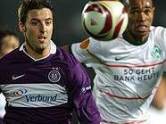 Hartes Duell: Joachim Standfest (Austria Wien) gegen Naldo (Werder Bremen)