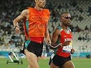 Michael Buchleitner führt Henry Wanyoike zu Gold über 5.000 m bei den Paralympics 2004 in Athen