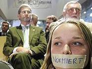 Protestanten bei der Eröffnung des neuen BOKU-Gebäudes in Wien-Döbling