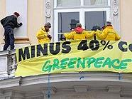 Greenpeace-Aktivisten erklettern Bundeskanzleramt