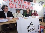 """Markus Reiter (neunerHaus), Olga Zechner (OBDS, Wien), Nicole Kornherr (Studentin und """"Besetzerin"""") und Hedi Scheiner (VinziBett) bei einer PK im Audimax"""