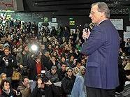 Rektor Georg Winckler im Gespräch mit protestierenden Studenten im Audimax
