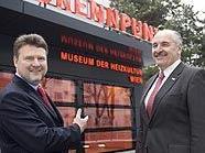Vizebürgermeister Michael Ludwig und MA 34-Leiter Josef Neumayer vor dem neu gestalteten Museum