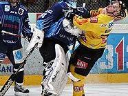 Goalie Satosaari (Fehervar) legt sich mit Benoit Gratton (Capitals) an