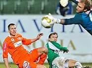 Ronald Spuller (Mattersburg) gegen Florian Klein und Torhüter Robert Almer