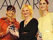 v.li.n.re.: Preisträgerin Sabine Grünberger, StRin Sandra Frauenberger und WIENERIN-Chefredakteurin Daniela Schuster