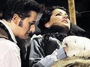 "Anna Netrebko als Mimi und Piotr Beczala als Rodolfo in ""La Boheme"""