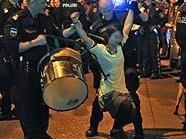 Demonstranten versuchen vor dem Schubhaftzentrum am Hernalser Gürtel in Wien die Abschiebung eines Nigerianers zu verhindern