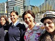 Die Ministerinnen Bures und Heinisch-Hosek mit den ersten Kapitäninnen und Schülerinnen