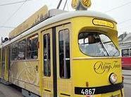 """Die gelbe Straßenbahn ist als """"Ring-Tram"""" unterwegs"""