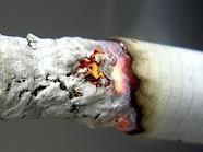 Eigentlich unvorstellbar - Brennende Zigarette ins Auge gedrückt