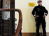 Ein Polizist sichert die Wohnung des Toten