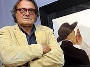 """Starfotograf Oliviero Toscani vor seinem Bild """"Kissing Nun"""" in Wien"""