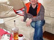 Clemens Haipl auf seinem liebsten Möbelstück, einer Couch.