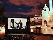 Filmschauen im Freien, etwa bei Kino unter Sternen am Karlsplatz.