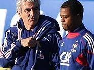 Trainer Raymond Domenech diskutiert mit Patrice Evra