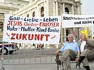 Mini-Demo vor dem Wiener Burgtheater: Martin Humer und Mitstreiter