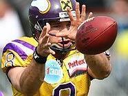 Vikings-Quarterback Christoph Gross greift als erster österreichischer Quarterback nach dem Sieg in der Euro Bowl