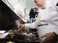 Bürgermeister Häupl als Eierspeis-Koch für den guten Zweck