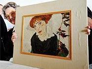 "Elisabeth Leopold zeigt stolz Egon Schieles ""Bildnis Wally""."