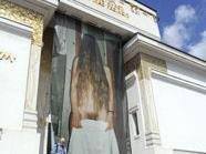 Im Bild der Eingangsbereich der Secession mit einem Foto der Künstlerin