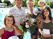 Stadtrat Christian Oxonitsch gratuliert Familie Konrad im Laaerbergbad