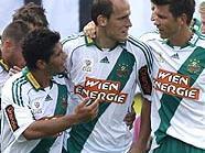 Teamkollegen gratulieren Jürgen Patocka zum 1:0