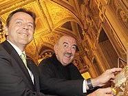 Umweltminister Niki Berlakovich (links) und Georg Springer, Geschäftsführer der Bundestheater-Holding, beim Abschaben von Honigwaben