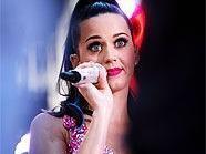 Katy Perry beehrt die Arena mit ihrer Anwesenheit.