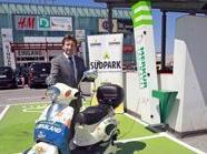 Mag. Markus Pichler, Managing Director von Unibail-Rodamco Österreich, präsentiert eine E-Tankstelle