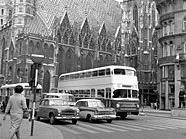 Ein Doppeldeckerbus vor dem Stephansdom im April 1960