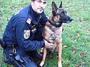 Die erschöpfte und unterkühlte Frau konnte von Gruppeninspektor Christian Hoffmann und seinem Diensthund Hasko geborgen werden.