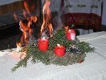 Brandgefährlich: Brennende Kerzen auf dem Adventkranz.
