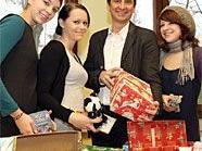 Christian Oxonitsch mit Schülerinnen der BAKIP und den liebevoll gepackten Schachteln für Kinder in Not