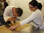 FCD-Nachwuchstrainer Jürgen Rossi mit einer Mitarbeiterin beim Kekse backen.