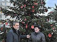 """Landtagspräsidentin Marianne Klicka und der Bürgermeister von Zagreb, Milan Bandic, mit dem Zagreber Folkloreverein """"Turopolje"""""""