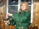 Regina Cavegn-Lutz testet eine Kräutermischung