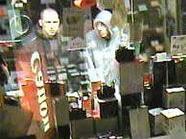Die beiden Verdächtigen konnten beim Blick ins Schaufenster abgelichtet werden.