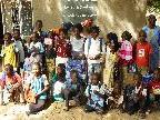 Natalie Moosmann übergab die gespendeten Schulmaterialien an die Kinder.