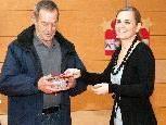 """Renate Walser überreichte 1468,61 € an Paul Wohlgenannt von """"Schüler helfen Schülern""""."""
