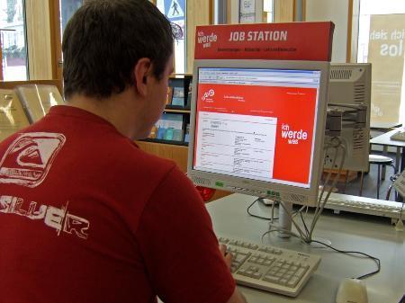aha-Lehrstellenbörse   Die Lehrstellenbörse vom aha soll Jugendlichen die Suche nach einer Lehrstelle erleichtern. Unter http://lehrstelle.aha.or.at können die im aha gemeldeten Stellen abgerufen werden.  Derzeit sind über 50 freie Lehrstellen in ganz Vorarlberg in der Online-Börse registriert. Neben den aktuellen Jobangeboten bietet die Börse auch Tipps zur Jobsuche und Bewerbung, rechtliche Infos sowie eine Übersicht über andere Lehrstellenbörsen in Vorarlberg.   Lehrstellen melden Vorarlberger Lehrbetriebe können ihre freien Lehrstellen im aha melden (aha@aha.or.at, Tel 05572-52212) oder unter http://lehrstelle.aha.or.at selbst eintragen. Der Eintrag und das Abrufen der Daten ist kostenlos.  Foto: aha Bildunterschrift: Freie Lehrstellen sind unter http://lehrstelle.aha.or.at abrufbar.