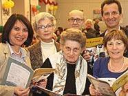 Stadtschulratspräsidentin Susanne Brandsteidl (li.) und Stadtrat Christian Oxonitsch (re. hinten) mit den frischgebackenen Lesepaten.